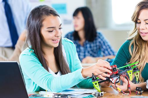 Helicopter「雌大学校の学生の学校のステム構築ドローン」:スマホ壁紙(15)