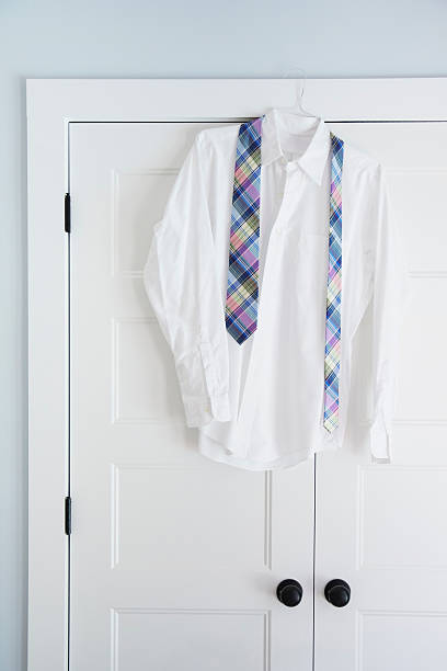 Shirt and tie hang on closet door:スマホ壁紙(壁紙.com)