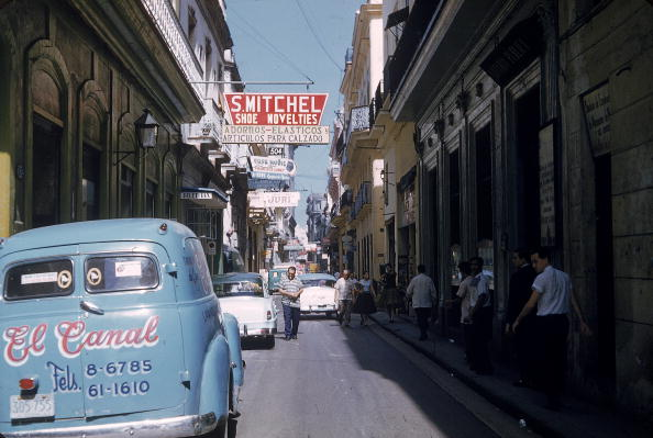1950-1959「Parked Cars On Narrow Street in Havana, Cuba, 1950s. 」:写真・画像(1)[壁紙.com]