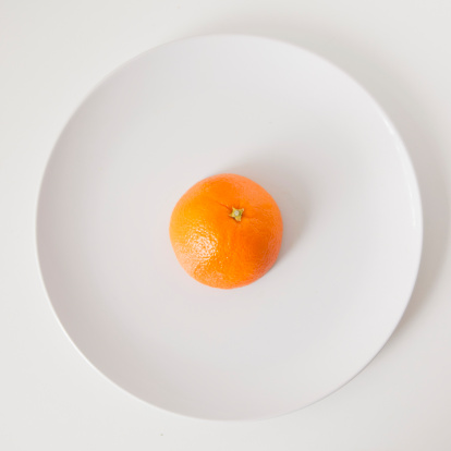 Orange - Fruit「Orange on plate, studio shot」:スマホ壁紙(2)