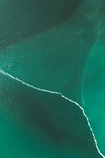 Dramatic Landscape「Water split by a wave, Iceland」:スマホ壁紙(10)