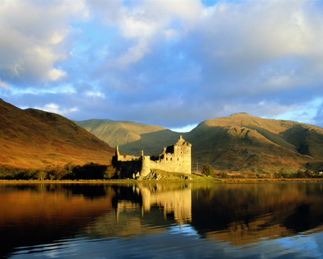 Castle「UK,Scotland,Kilchurn Castle and surrounding hills beside Loch Awe」:スマホ壁紙(1)