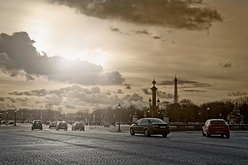 フランス「Cars driving on city street, Paris, France」:スマホ壁紙(14)