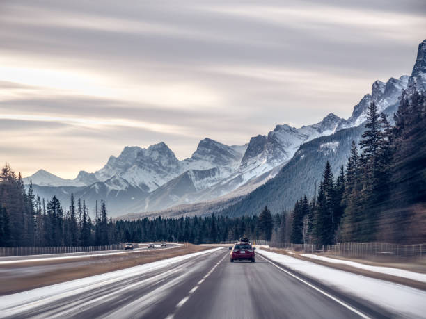 Cars driving along highway, Banff, Alberta, Canada:スマホ壁紙(壁紙.com)
