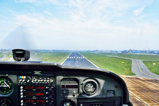 Airplane Part「Holland, View of cockpit of airplane landing」:スマホ壁紙(7)