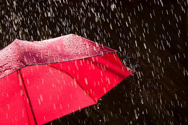Red Umbrella and Rain Against Black Background:スマホ壁紙(壁紙.com)