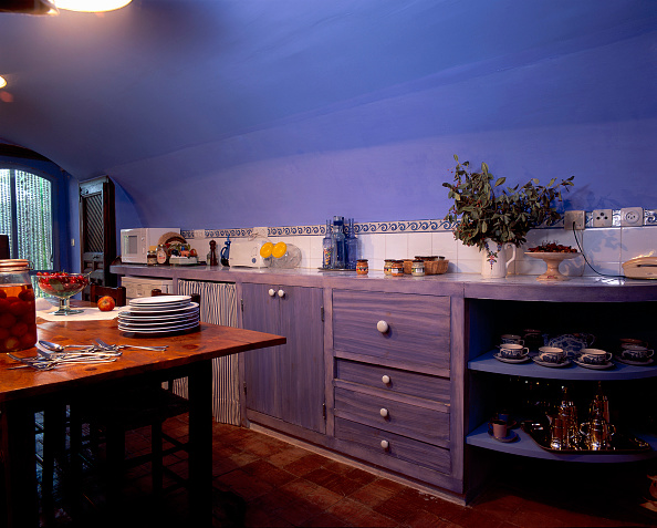 Ceiling「View of a kitchen having a wooden cabinet」:写真・画像(2)[壁紙.com]