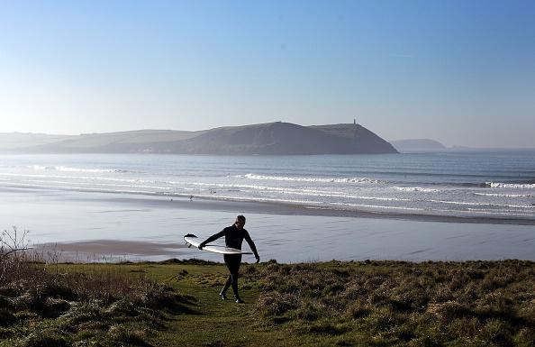 サーフィン「Enthusiasts Brave The Cold To Enjoy Year Round Surfing」:写真・画像(11)[壁紙.com]