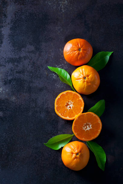 Sliced tangerines on dark backround:スマホ壁紙(壁紙.com)
