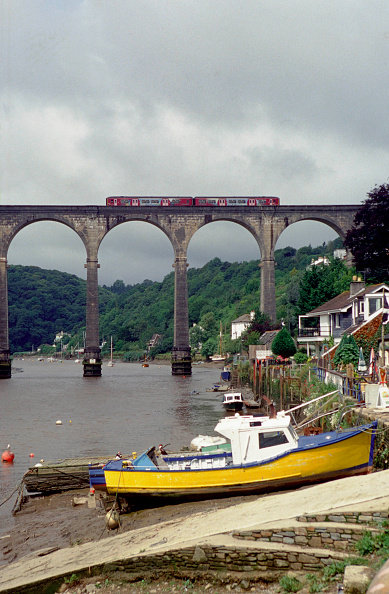 Overcast「The Devon and Cornish branchlines are worked by various DMU trainsets including this view of the Plymouth - Gunnislake branch line crossing the River Tamar at Calstock where a 2-car Class 150/2 unit works the local services. The unit is operated by Wesse」:写真・画像(0)[壁紙.com]