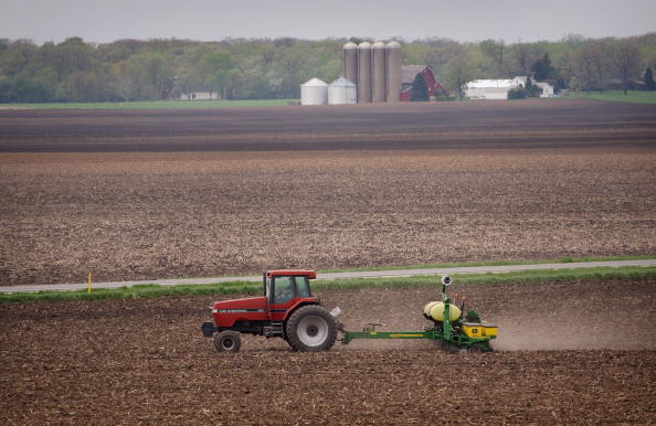 Tractor「Farmers Continue Planting Following Cold Wet April」:写真・画像(9)[壁紙.com]