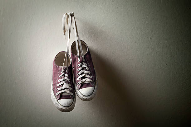 Sneakers hanging on the wall:スマホ壁紙(壁紙.com)