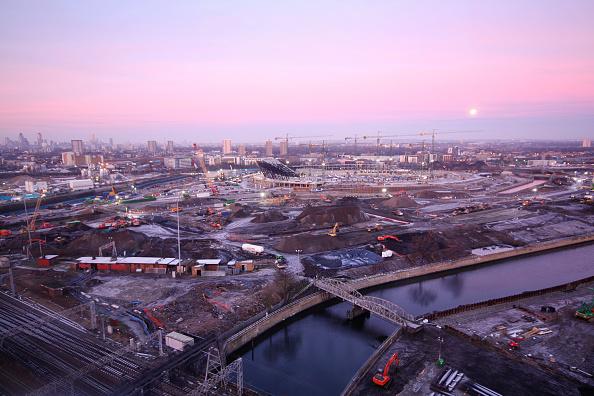 Horizon「Olympic Stadium during construction, Stratford, London, UK, dawn and moon, January 2009, looking West」:写真・画像(4)[壁紙.com]