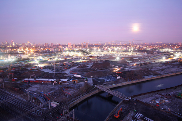 Horizon「Olympic Stadium during construction, Stratford, London, UK, snowy dawn and moon, January 2009, looking West」:写真・画像(5)[壁紙.com]