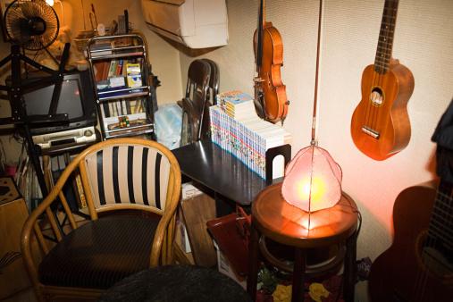 Violin「Messy bedroom full of items」:スマホ壁紙(12)