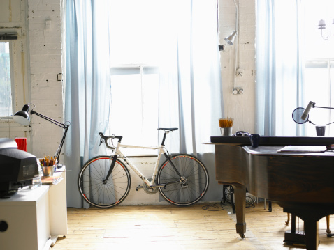 Bicycle「Bicycle stands besides window」:スマホ壁紙(1)