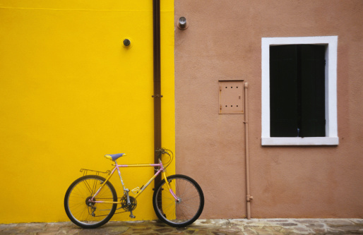 City Life「Bicycle standing against pole on city street, Italy」:スマホ壁紙(13)
