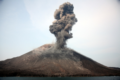 Anak Krakatau「May 19, 2008 - Ash cloud from vulcanian eruption of Anak Krakatau volcano, Sunda Strait, Java, Indonesia.」:スマホ壁紙(14)