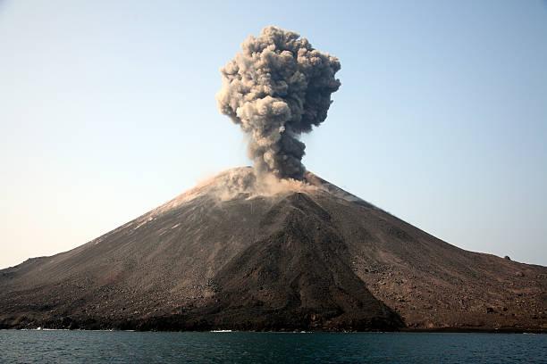 May 19, 2008 - Ash cloud from vulcanian eruption of Anak Krakatau volcano, Sunda Strait, Java, Indonesia.:スマホ壁紙(壁紙.com)