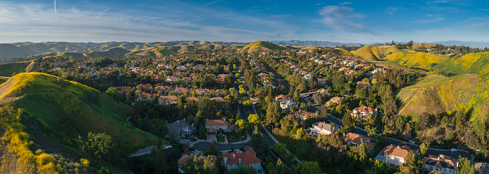 California「The Calabasas City in Santa Monica Mountains, Los Angeles County, California, USA. Aerial extra-wide stitched panorama.」:スマホ壁紙(9)