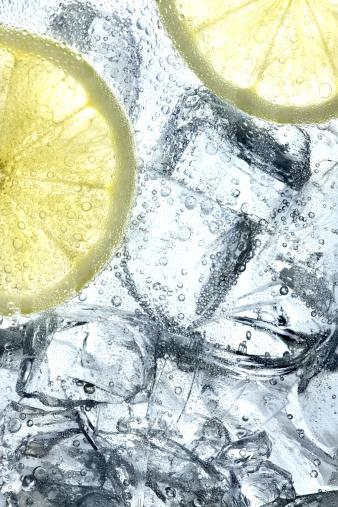 氷「Lemon slices floating in ice and soda」:スマホ壁紙(16)
