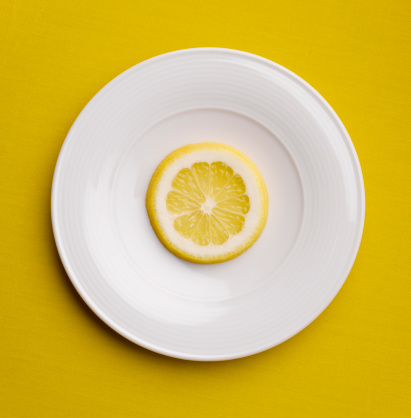 Plate「Lemon slice on plate, close-up, studio shot」:スマホ壁紙(1)