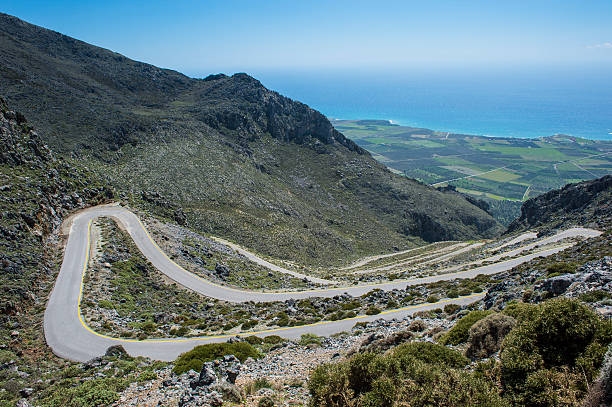 Greece, Crete, serpentine road leading down to the south coast:スマホ壁紙(壁紙.com)