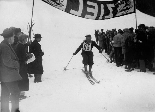 Skiing「Helmut Lantscher crosses the finishing line. Photograph. Around 1935.」:写真・画像(16)[壁紙.com]
