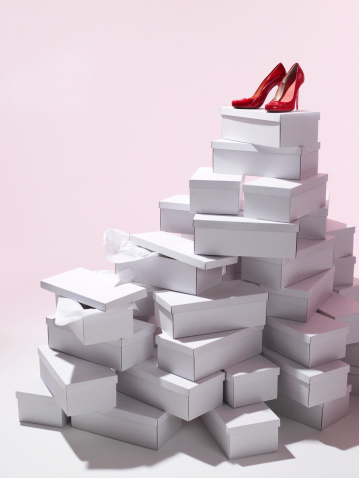 High Heels「Single pair of red shoes on top of shoe boxes」:スマホ壁紙(15)