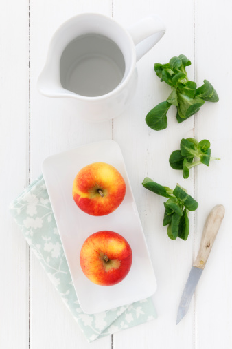 Apple「Empty jar, bowl with two apples kitchen knife and lamb's lettuce on white wooden table, elevated view」:スマホ壁紙(10)