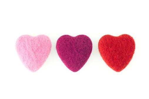 バレンタイン「3 つの列のフェルトのハート」:スマホ壁紙(2)
