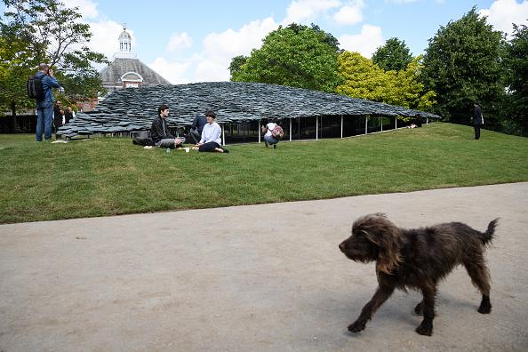 Kensington Gardens「Members Of The Public Enjoy The New Serpentine Pavilion」:写真・画像(15)[壁紙.com]