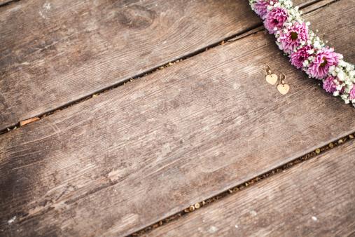 Earring「Flower frame on wooden background」:スマホ壁紙(7)