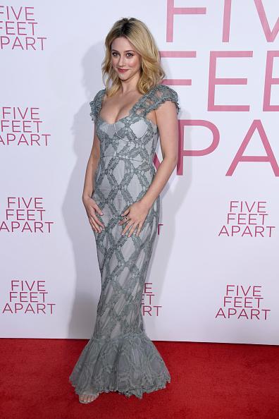 "Scooped Neck「Premiere Of Lionsgate's ""Five Feet Apart"" - Arrivals」:写真・画像(14)[壁紙.com]"