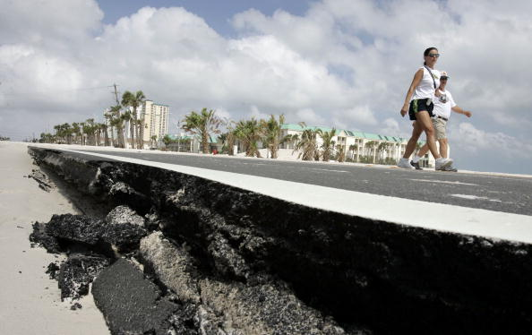 Two People「Gulf Coast Cleans Up After Hurricane Dennis」:写真・画像(1)[壁紙.com]