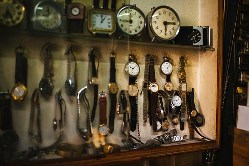 Watch - Timepiece「Antique clocks displayed on watchmaking workshop」:スマホ壁紙(0)