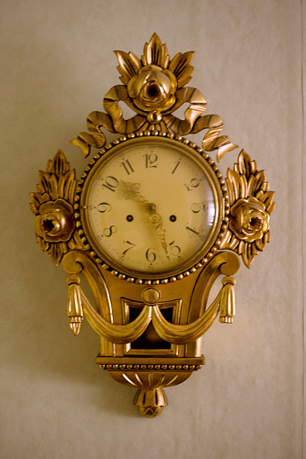 Watch - Timepiece「Antique Clock Hanging On Wall」:スマホ壁紙(8)