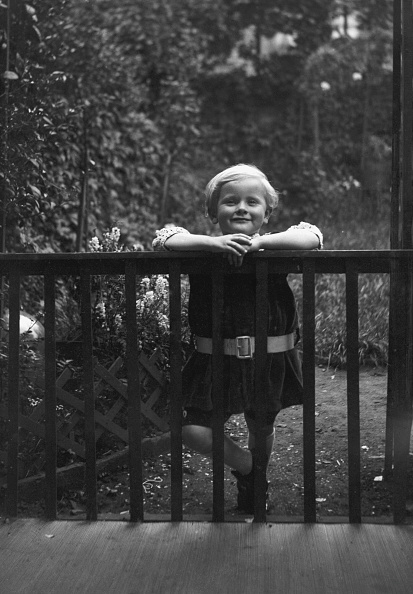 Social History「Young Child Leaning On Fence」:写真・画像(13)[壁紙.com]