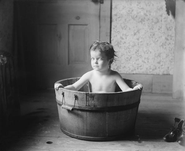 Handle「Child In Wooden Bath Tub」:写真・画像(17)[壁紙.com]