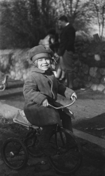 Beret「Young Child On Tricycle」:写真・画像(1)[壁紙.com]