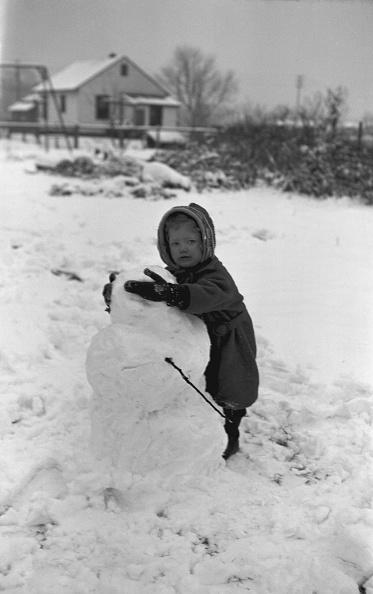 雪だるま「Child Building Snowman」:写真・画像(17)[壁紙.com]