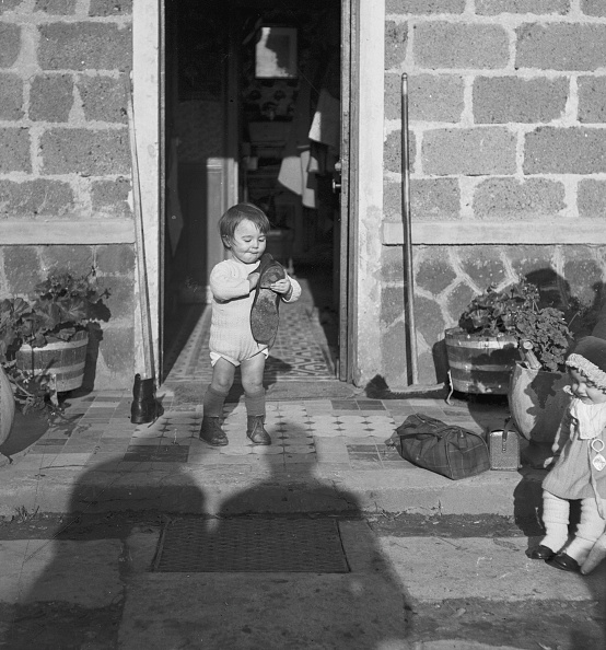 Shadow「Child Playing With Boot」:写真・画像(5)[壁紙.com]