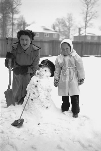 雪だるま「Child And Woman With Snowman」:写真・画像(9)[壁紙.com]