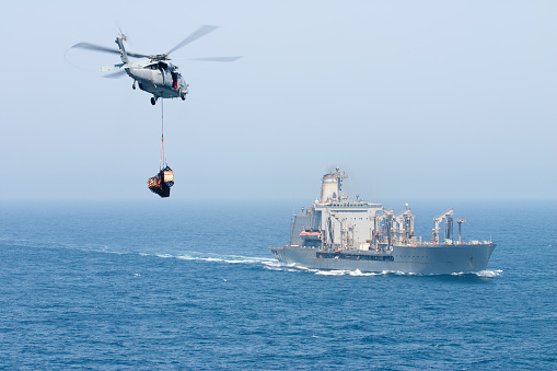 Military「Navy helicopter delivering goods to ship」:スマホ壁紙(7)