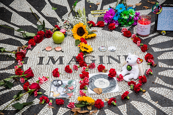 マンハッタン セントラルパーク「Beatles Fans Remember John Lennon On His 74th Birthday At Strawberry Fields」:写真・画像(18)[壁紙.com]