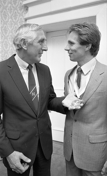 Congratulating「Eamonn Coghlan and Ronnie at the Mansion house 1983」:写真・画像(13)[壁紙.com]