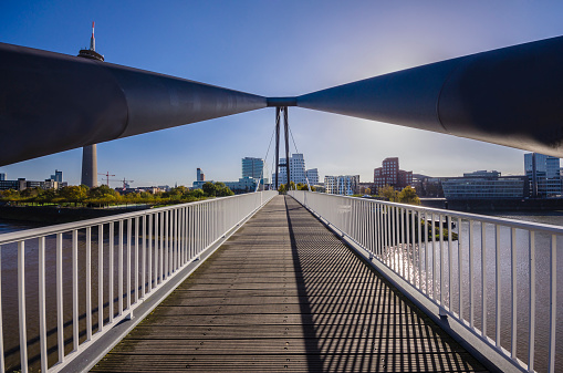 Footbridge「Germany, North Rhine-Westphalia, Duesseldorf, Footbrige, Rhine tower left and Media Harbour with Gehry Buildings」:スマホ壁紙(14)