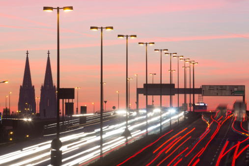 Cologne「Germany, North Rhine-Westphalia, Cologne Cathedral and road traffic on lighted Zoobruecke at dusk」:スマホ壁紙(11)