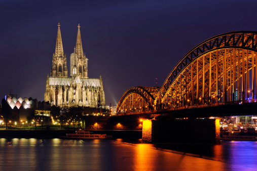 Gothic Style「Germany, North Rhine-Westphalia, Cologne, view to lighted Hohenzollern Bridge and Cologne Cathedral by night」:スマホ壁紙(2)