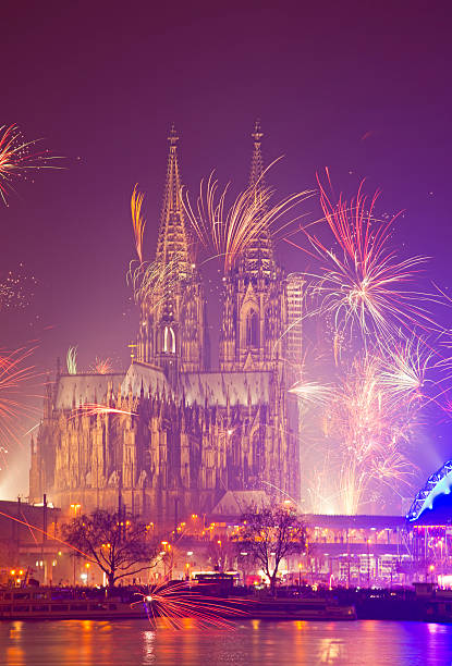 Germany, North Rhine-Westphalia, Cologne, Cologne cathedrale at New Year's Eve with fireworks:スマホ壁紙(壁紙.com)